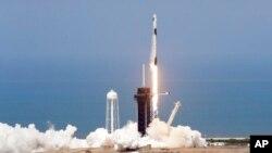 យានអវកាស SpaceX Falcon 9 ដឹកអវកាសយានិករបស់អង្គការណាសាគឺលោក Doug Hurley និងលោក Bob Behnken នៅមជ្ឈមណ្ឌលអវកាស Kennedy ក្នុងក្រុង Cape Canaveral រដ្ឋ Florida នៅថ្ងៃសៅរ៍ទី ៣០ ខែឧសភាឆ្នាំ ២០២០។ (AP Photo/Chris O'Meara)