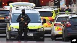 Cảnh sát vũ trang chặn một con đường ở mạn nam của Cầu London ở London, ngày 29 tháng 11, 2019.
