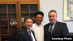 Ông Nguyễn Đình Thắng, chủ tịch BPSOS, ông Dương Xuân Lương, đại diện Cao Đài Chơn Sanh, và Dân biểu Chris Smith, ngày 16/5/2017.