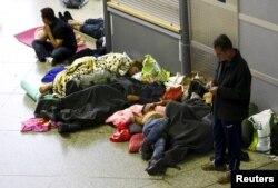 Di dân nằm ngủ tại nhà ga xe lửa chính ở Munich. Thị trưởng Munich nói khả năng của thành phố ứng phó với những người tỵ nạn đã cạn kiệt.