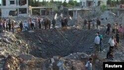Người dân tụ tập xung quanh hiện trường vụ nổ bom ở thành phố Hama, Syria, ngày 20/6/2014.