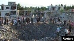 20일 시리아 중부 도시 하마에서 폭탄 공격으로 거대한 구덩이가 생겼다. 시리아 관영 SANA 통신 제공 사진.