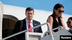 """白宫秘书罗布·波特走下""""空军一号""""总统专机。(2017年8月4日)"""
