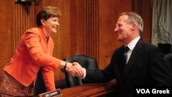 Ο Τζον Κόνινγκ με την πρόεδρο της υποεπιτροπής της Γερουσίας για θέματα Ευρώπης, Τζην Σεϊχήν