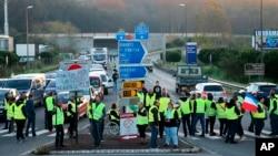 معترضان که جلیقههای زرد به تن داشتند، ورودی یک بزرگراه در شهر بایون واقع در جنوب غربی فرانسه را مسدود کردند.