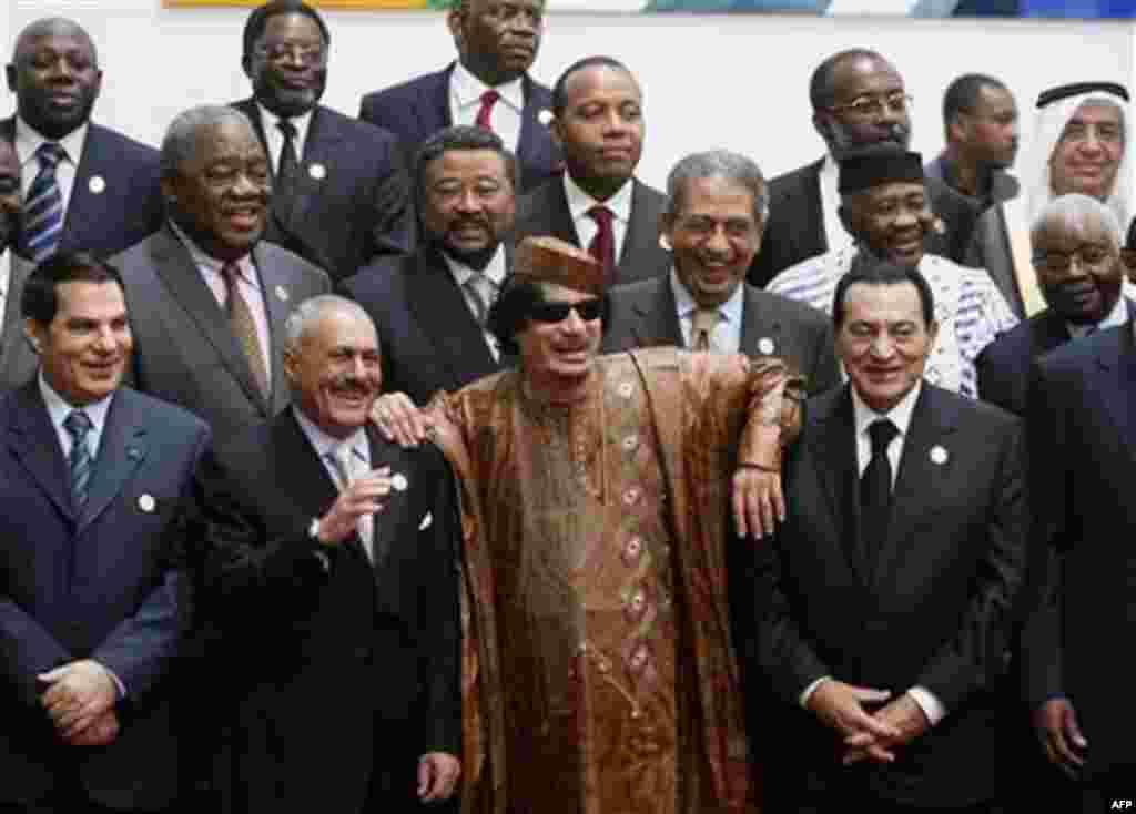 Mouammar Kadhafi, et plusieurs leaders politique en afrique, posent pour une prise de photos.