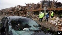 Спасатели на месте происшествия. Город Уэст, штат Техас. 18 апреля 2013 г.