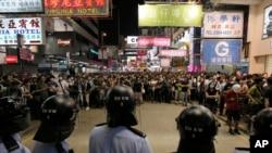 Cảnh sát chống bạo động đứng gác tại 1 con đường chính ở quận Mong Kok, Hồng Kông, 17/10/2014.