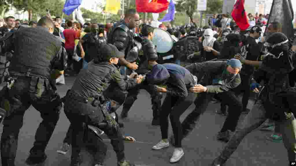 La police arrête un homme qui manifeste contre les dépenses faites pour les Jeux Olympiques à Rio, 2 août 2016.