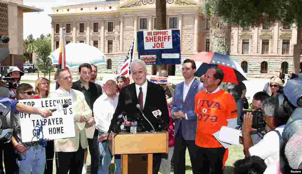 Конгресмен палати представників штату Аризона Джон Каванаг спілкується з медіа поблизу місцевого капітолію.
