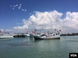 插满青天白日旗的台湾渔船停靠在屏东盐埔渔港码头
