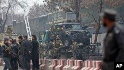 Turkiya va afg'on xavfsizlik xizmati xodimlari Kobuldagi elchixona yonida sodir etilgan xurujni tergov qilayapti. 26-fevral, 2015-yil.