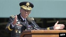 Tướng Davis Petraeus nói chuyện trong 1 buổi lễ từ biệt tại trại Fort Myer, 31/8/2011