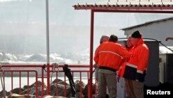 2014年11月3日,土耳其伊斯坦布尔附近博斯鲁普斯海峡一艘船只沉没,救援人员在海中捞起的尸体旁交谈。