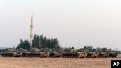 터키군 탱크들이 27일 시리아 접경 지역 카르카미스 지역에 주둔해 있다.