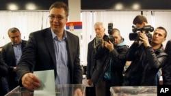 塞爾維亞進步黨領導人亞歷山大.武齊奇在貝爾格萊德投票