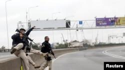 Petugas polisi federal terlihat di Jembatan Rio-Niteroi, di mana polisi bersenjata mengepung bus penumpang yang dibajak di Rio de Janeiro, Brasil 20 Agustus 2019. (Foto: Reuters)