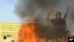 카다피 정권의 깃발을 태우며 환호하는 반군