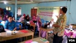 Pelatihan penyusunan peraturan desa perlindungan perempuan dan anak korban kekerasan di Banjarnegara, Jawa Tengah. (VOA/Nurhadi Sucahyo)
