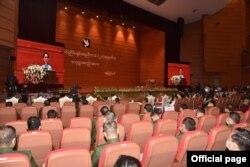 ျပည္ေထာင္စုၿငိမ္းခ်မ္းေရးညီျပည္ေထာင္စုၿငိမ္းခ်မ္းေရးညီလာခံ - (၂၁) ရာစုပင္လုံ စတုတၳအစည္းအေဝးဖြင့္ပြဲအခမ္းအနားမွာ ႏိုင္ငံေတာ္အတိုင္ပင္ခံပုဂၢိဳလ္ ေဒၚေအာင္ဆန္းစုၾကည္ အမွာစကားေျပာၾကားတဲ့ ျမင္ကြင္း။ (ဓာတ္ပုံ - Union Peace Conference's Facebook - ၾသဂုတ္ ၁၉၊ ၂၀၂၀)n Peace Conference - 21st Century Panglong's Facebook - ၾသဂုတ္ ၁၉၊ ၂၀၂၀)