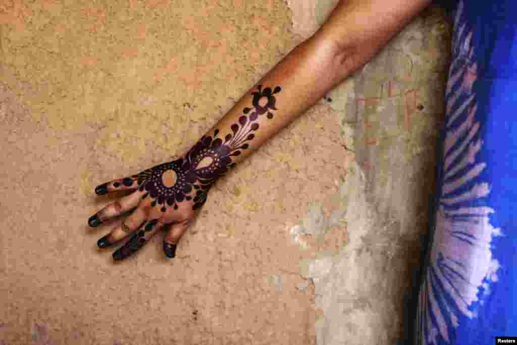 نوجوان لڑکیوں میں اس کے نت نئے ڈیزائن بنوانے کا شوق جنون میں بدل چکا ہے۔