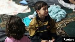 Un niño sobreviviente del supuesto ataque con gas llora dentro de un refugio en una mezquita de Duma, cerca de Damasco.