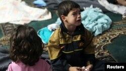지난 21일, 수도 다마스쿠스 인근에서 시리아 군의 소행으로 추정되는 독가스 공격으로 약 5백 명이 사망한 가운데, 살아남은 한 남자 어린이가 울고 있다.