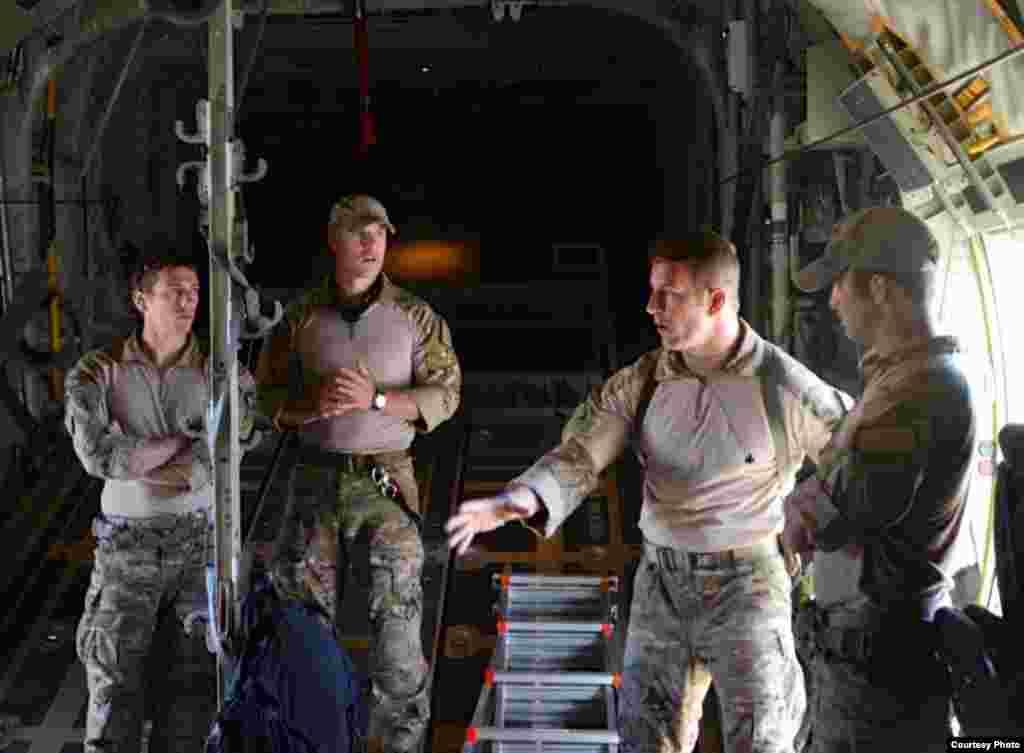 48救援空军中队演练固定担架(美国空军提供)