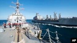 美国导弹驱逐舰巴尔克利号(USS Bulkeley)在阿曼海湾参加舰队补给油料船约翰伦索尔号(USNS John Lenthall)的海上补给行动。上星期,伊朗海军船舰在美国哈里杜鲁门号(USS Harry S. Truman)航母附近进行导弹试射。
