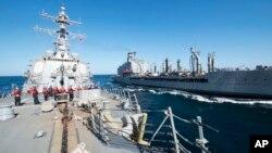 Tàu khu trục tên lửa dẫn dường USS Bulkeley tham gia diễn tập tiếp nhiên liệu trên biển với hạm đội tàu chở dầu USNS John Lenthall ở Vịnh Oman.