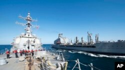Kapal penghancur misil USS Bulkeley dan kapal USNS John Lethal di Teluk Oman (Foto: dok).