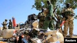 Beberapa tentara Sudan Selatan siaga di dekat bandara Bor, sebelah barat daya ibukota Juba (25/12).