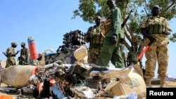 南蘇丹士兵站在被毀的摩托車旁。(於2013年12月25日)