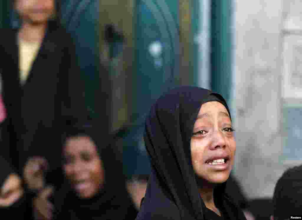 Seorang anak perempuan menangis ketika ayahnya tewas akibat serangan udara yang dipimpin oleh Arab Saudi di ibukota Yaman, Sana'a. Serangan udara menewaskan 21 warga sipil di ibukota tersebut, menurut keluarga korban dan petugas medis pada Reuters, dua hari setelah gencatan senjata dimulai. Gencatan senjata yang diprakarsai oleh PBB tersebut tidak diakui oleh Riyadh.