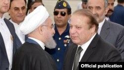 Le Président de l'Iran, M. Hassan Rohani, à gauche, salue le Premier ministre turc Muhammad Nawaz Sharif à lors d'une visite à la base aérienne de Nurkhan, Islamabad, le 25 mars 2016.
