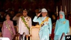 Raja Malaysia, Sultan Abdullah Sultan Ahmad Shah didampingi Ratu Tunku Azizah Aminah Maimunah (kanan), PM Mahathir Mohammad (dua dari kiri) dan istrinya Siti Hasmah dalam upacara penobatan Raja di gedung Parlemen, Kuala Lumpur, Malaysia, 31 Januari 2019.