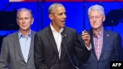 Barack Obama (c) Geoge W. Bush (d) mpe Bill Clinton (d) na Collège Station, Texas, 21 octobre 2017.