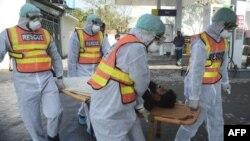 پشاور میں کرونا وائرس کے ایک مریض کو طبی عملہ اسپتال لے جا رہے۔