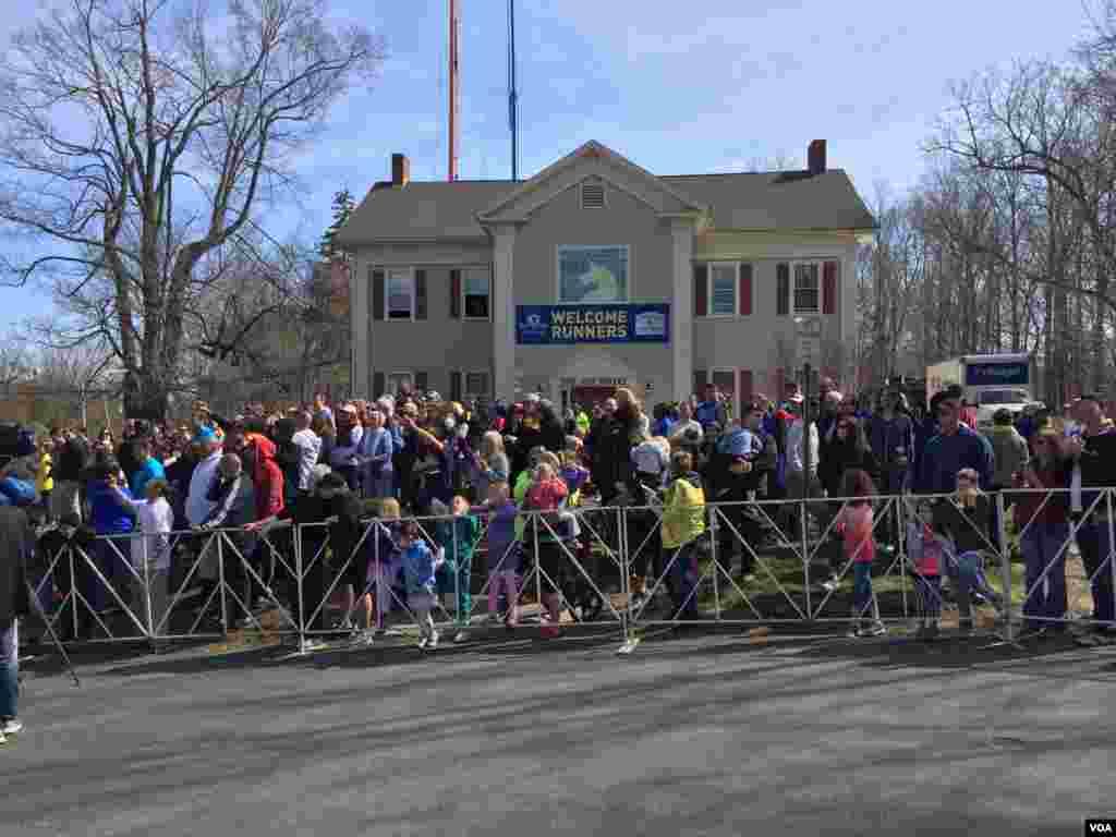 Spectators crowd along the Boston Marathon race route to cheer on the runners, April 21, 2014. (Carolyn Presutti/VOA)