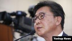 홍용표 한국 통일부 장관 내정자가 11일 국회 외교통일위원회에서 열린 인사청문회에서 의원들의 질의에 답변하고 있다.