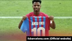 Ansu Fati, jogador do FC Barcelona, exibe a camisola número 10