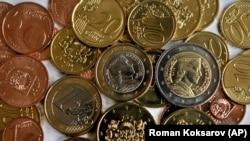 라트비아에서 발행한 유로화 동전. (자료사진)