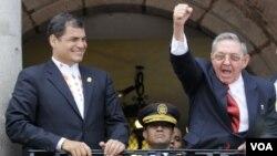 El presidente ecuatoriano Rafael Correa con el gobernante cubano, Raúl Castro (derecha).