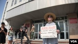 Активистка Александра Чукорина на одиночном пикете в поддержку Ивана Голунова