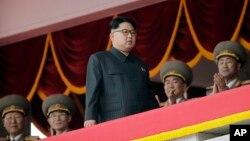 김정은 북한 노동당 위원장이 10일 평양 김일성 광장에서 열린 7차 당 대회 경축 군중집회를 주석단에서 지켜보고 있다.