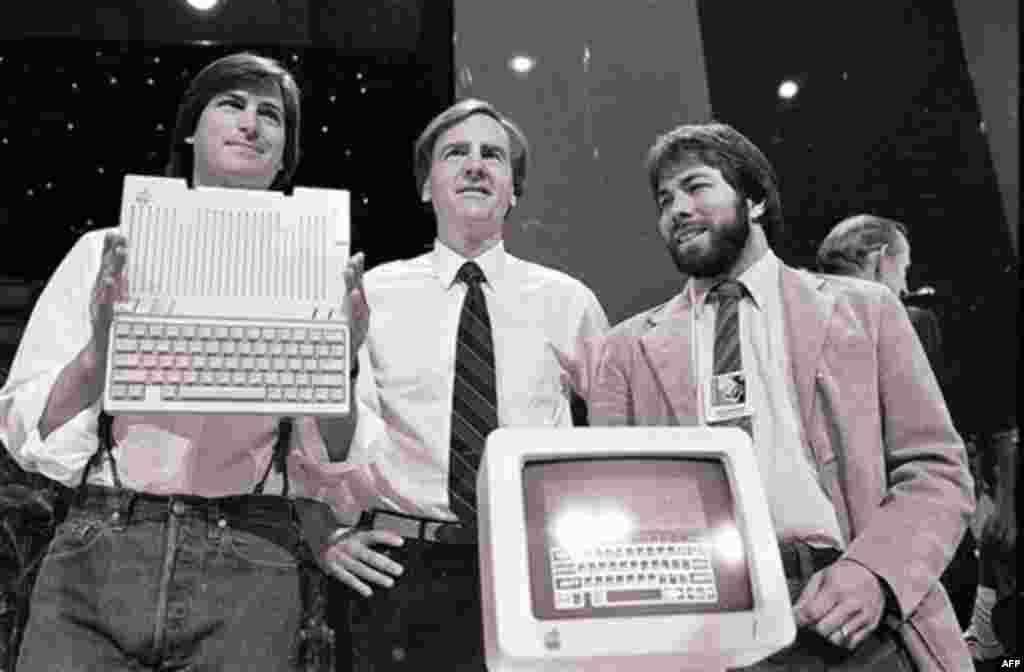Në këtë foto të 24 prillit 1984, Steve Jobs, majtas, kryetar i firmës Apple Computers, John Sculley, në qendër, president dhe drejtor ekzekutiv, dhe Steve Wozniak, bashkëthemelues i firmës Apple, paraqesin për herë të parë kompjuterin e ri Apple IIc në