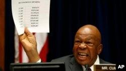 El congresista Elijah Cummings sostiene airado una relación de gastos excesivos en los que incurrió el IRS.