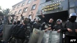 Unos 300 prorrusos ocuparon la sede de la fiscalía en la ciudad de Donetsk, en el este de Ucrania.