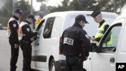 随着20国集团峰会的临近,法国警察周一加紧对过境的人员和车辆的检查