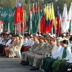 Birma uzoq yilardan beri harbiylar boshqaruvi ostida edi. O'tgan yili hokimiyat fuqaro qo'liga o'tdi.